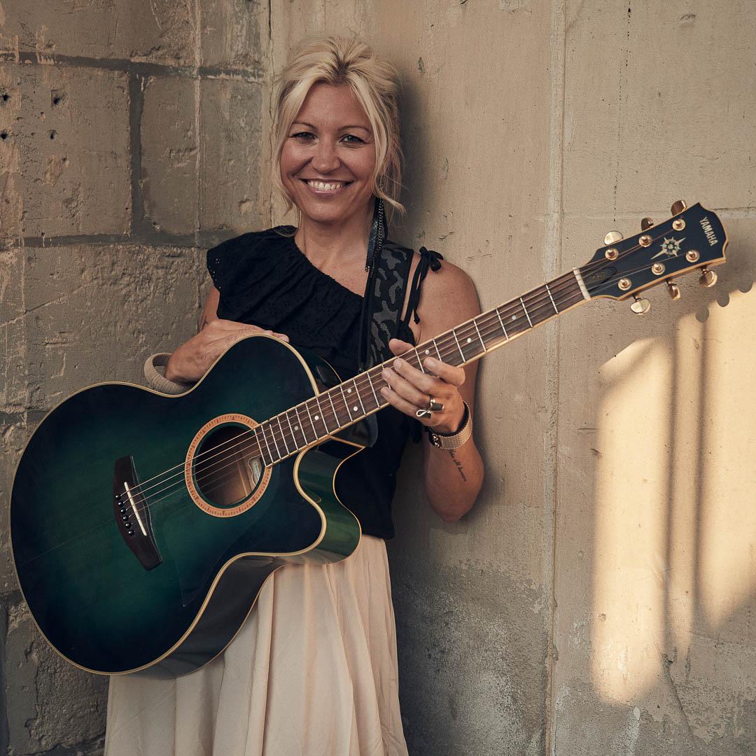 Marina Gisela Uppgren – vocals and guitar